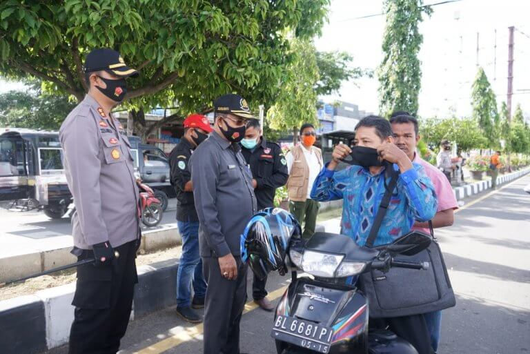 Kapolres Pidie Pimpin Pembagian Masker Serentak di Simpang Kocin Sigli